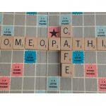 scrabblebord met tekst homeopathie