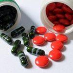 potjes met medicijnachtige en voedingssupplementen pillen